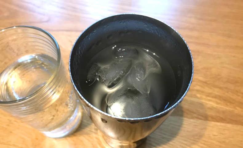 水と氷を入れてから4時間後。