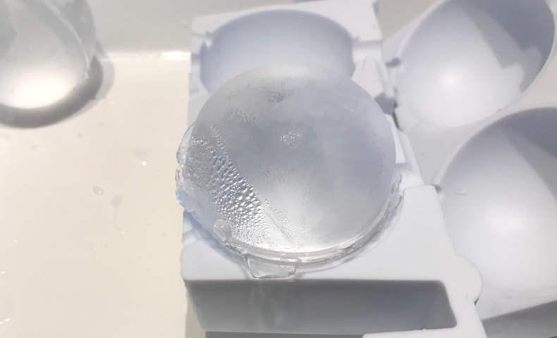 透明な丸氷の完成の瞬間