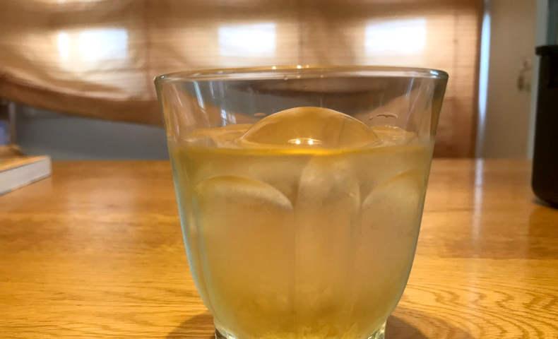 グラスに入った透明丸氷